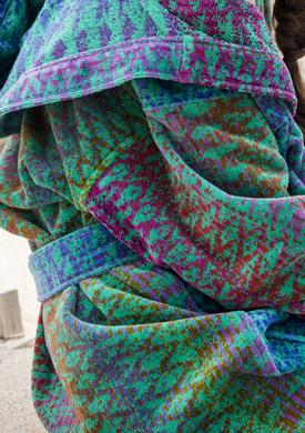 Designbadjas in groen-blauw-lila-roze ikatmotief met capuchon van Elaiva-1264