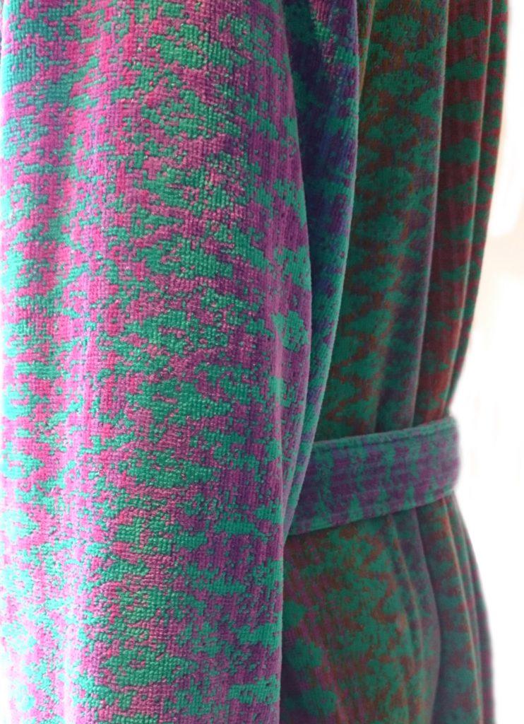 Designbadjas in groen-blauw-lila-roze ikatmotief met capuchon van Elaiva-1652