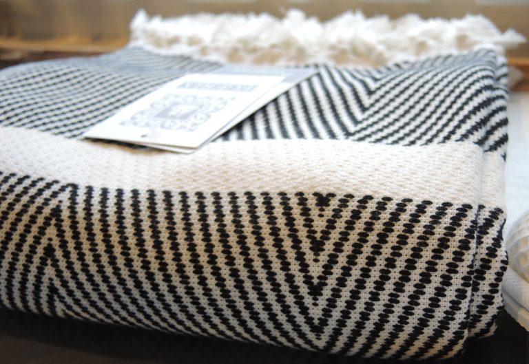 Superzachte zwart-witte hamamdoek met dunne badstof-1429