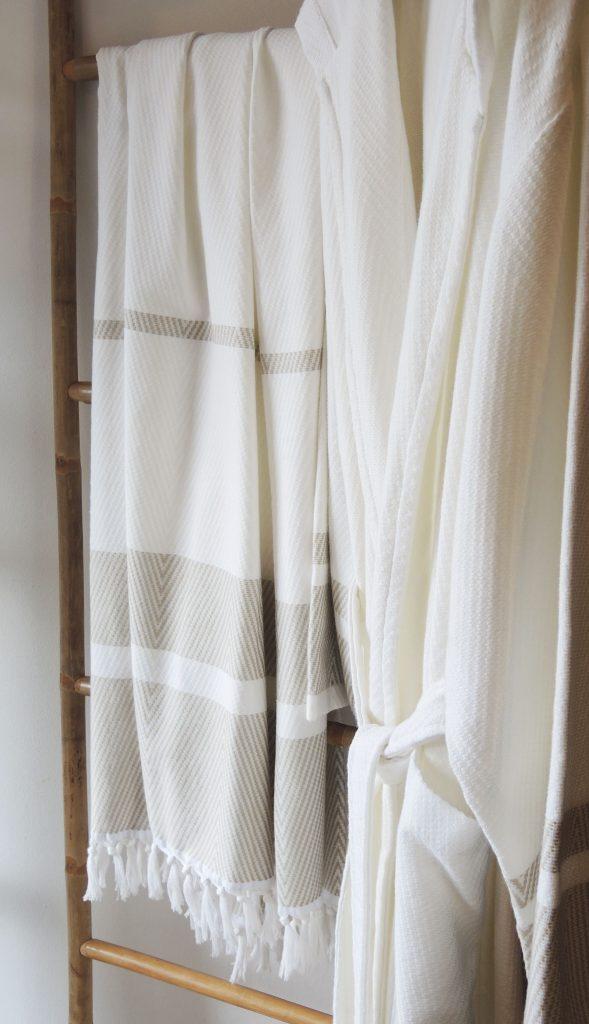 Hamambadjas met capuchon, roomwit met beige strepen van Egeria-1701