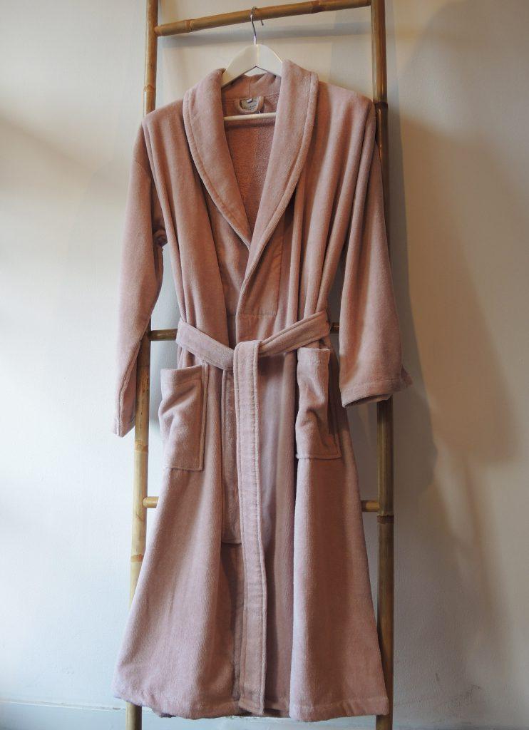 Pastelroze veloursbadstof badjas met sjaalkraag van Vandyck-1736